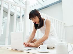 【画像】パソコンをする女性
