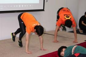 テニササイズに励む(左から)織田信成と松岡修造