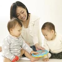 【画像】子どもと遊ぶ母親