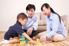 【画像】子どもと遊ぶ親子
