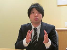 【画像】インタビューに答える岡崎一輝さん