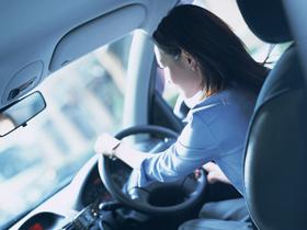 【画像】車を運転する女性
