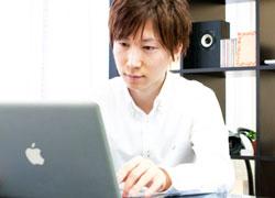 画像/無料英会話サイトで勉強しているイメージ