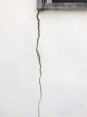 ひび割れが見られる外壁