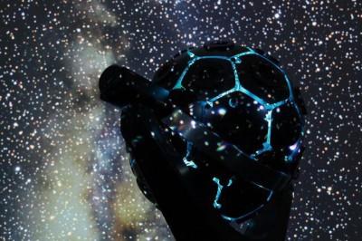 英語で「プラネタリウムデート」について話してみよう(写真は池袋サンシャインの新作プログラム『Dancing in the UNIVERSE』より)
