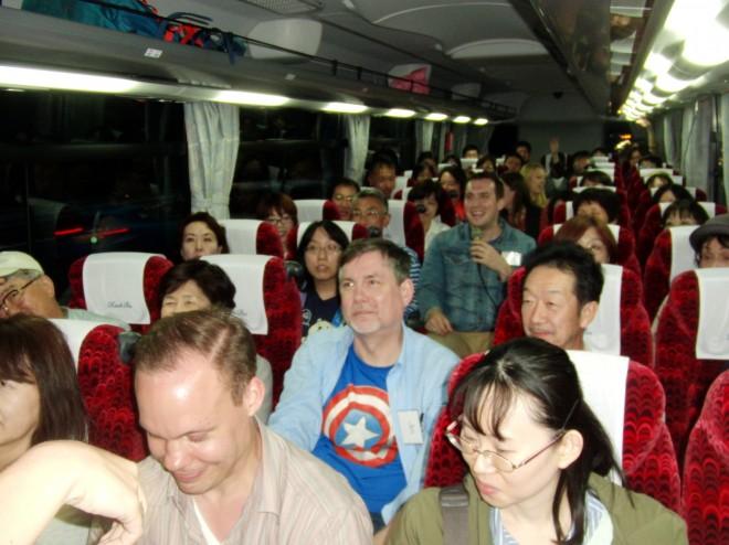 英語で観光地を巡るバスツアーの様子(提供:イーオン)