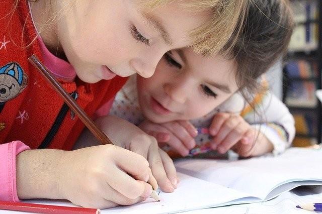 外国人の子どもが算数の勉強しているイメージ